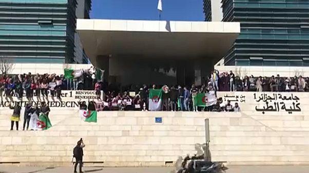 Manifestações na Argélia contra recandidatura de Abdelaziz Bouteflika
