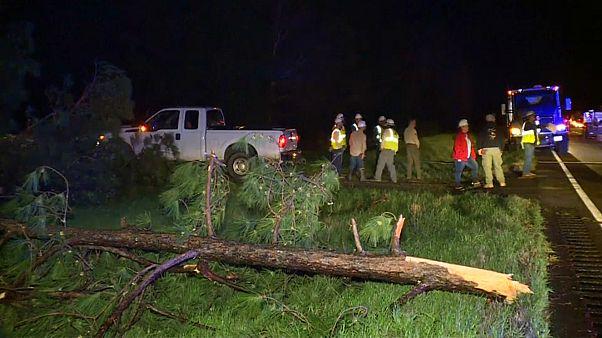 شاهد.. إعصار يجتاح ولاية ألاباما ويتسبب بمقتل 22 شخصا