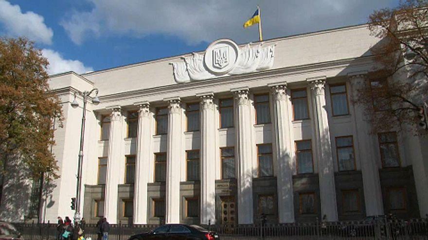 Un año más sanciones a doce personas por malversación en Ucrania