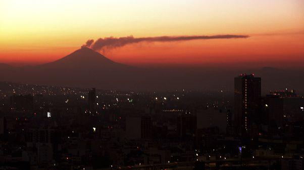 شب نورانی مکزیکیها به دنبال فوران آتشفشان