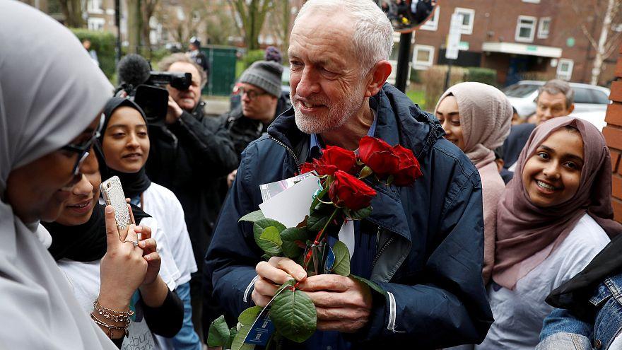 حمله با تخم مرغ به جرمی کوربین رهبر حزب کارگر بریتانیا در زمان بازدید از یک مسجد