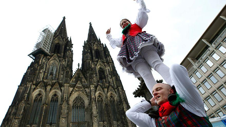 """Rosenmontagsumzüge am Rhein finden trotz Sturmtief """"Bennet"""" statt"""