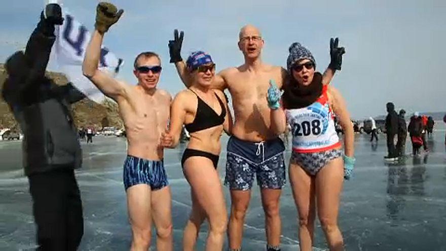 Rusya'nın Baykal Gölü'nde mayolu buz pateni yarışı nefes kesti