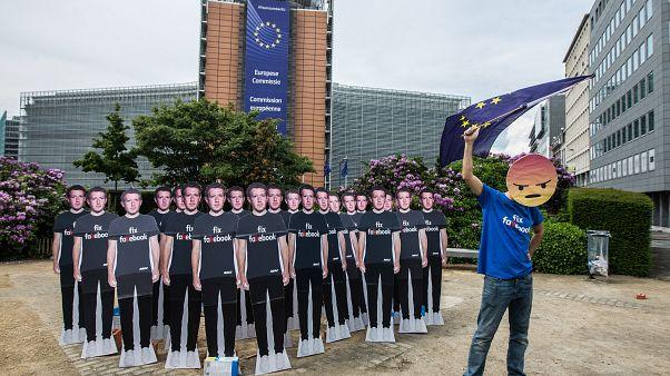 Tüntető Mark Zuckerberget ábrázoló életnagyságú kartonfigurákkal