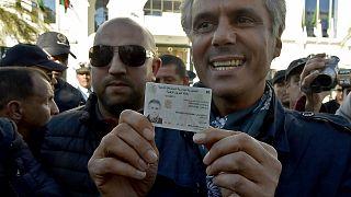 رشيد نكاز مشهراً هويته الجزائرية لدى وصوله أمس إلى مقر المجلس الدستوري