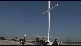 يونانيون يحاولون نصب صليب لمنع المهاجرين واللاجئين من الوصول لجزيرة ليسبوس
