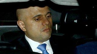 ساجد جاويد وزير الداخلية البريطاني يغادر البرلمان في العاصمة لندن