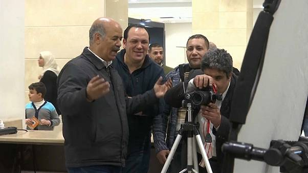 فيديو.. محترف مصري لتعليم المكفوفين فن التصوير: شتان بين النظر والبصيرة