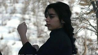 تمرین کاراته دختران و پسران کُرد در کوهستانهای برفی عراق