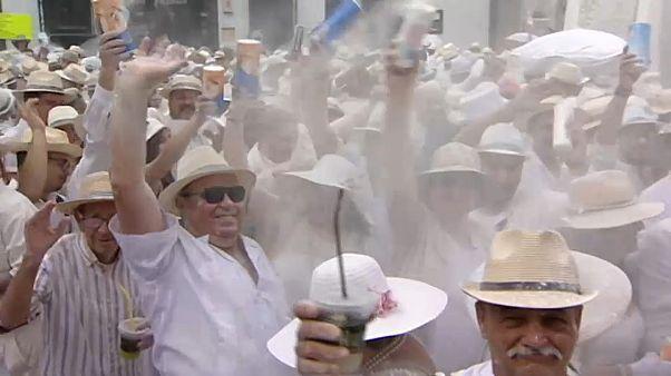 Batalla de polvos de talco en la fiesta de Los Indianos de La Palma