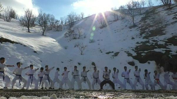 A piedi nudi nella neve, facendo karate