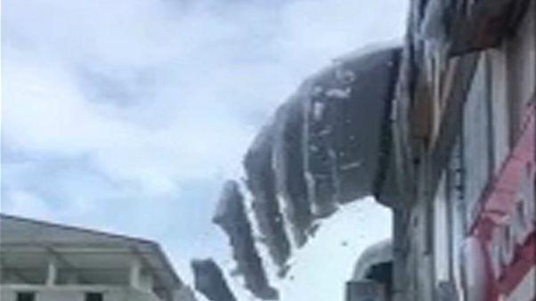 شاهد: ألواح ثلجية تسقط على سطح متجّر بتركيا