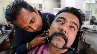 Pakistan'a esir düşen Hint pilotun bıyıkları moda oldu