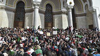 Cezayir'de gençler daha fazla özgürlük, ordu sıkı güvenlik istiyor