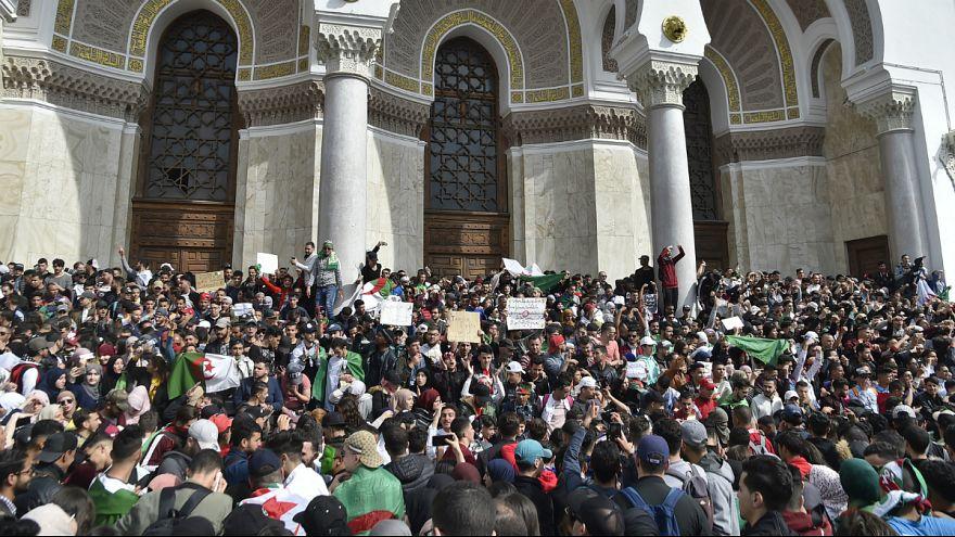 Los argelinos persisten en su lucha en las calles pese a advertencias del Ejército