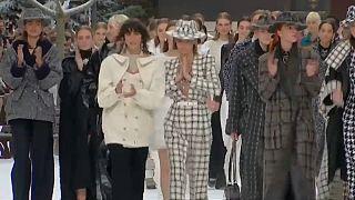 Alla settimana della moda di Parigi, tributo a Karl Lagerfeld