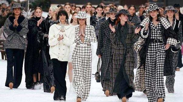Chanel'den hayatını kaybeden modacı Lagerfeld için saygı duruşu