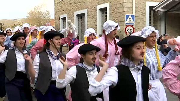 شاهد: رجال في ملابس نسائية وسيدات في ملابس رعاة بكرنفالات إسبانيا