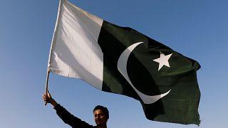 Hindistan'la savaşın eşiğinden dönen Pakistan'dan silahlı gruplara baskın