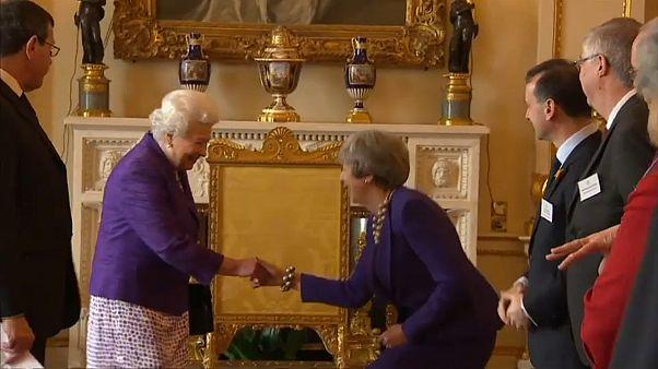 ملكة بريطانيا تحتفل بالذكرى الخمسين لتنصيب ابنها الأكبر تشارلز أميرا لويلز