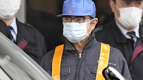 كارلوس غصن رئيس شركة نيسان السابق بعد مغادرته أحد مراكز الاعتقال باليابان
