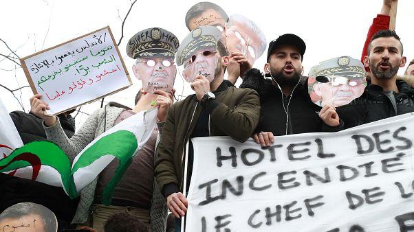 L'armée algérienne agite le bâton, mais les étudiants restent debout