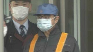 Carlos Ghosn abandona la prisión cubierto con una máscara