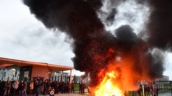 """Prisons bloquées en France après """"l'attaque terroriste"""""""