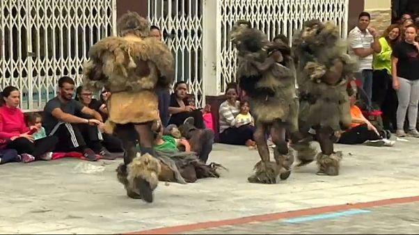 شاهد: شباب يصبغون وجوههم ويرتدون أزياء مخيفة بكرنفال في إسبانيا