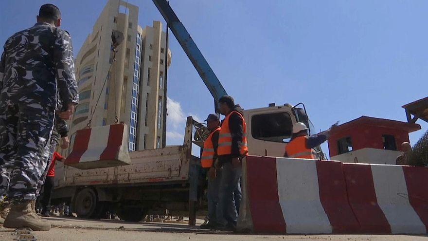 إزالة بعض الحواجز من شوارع بيروت