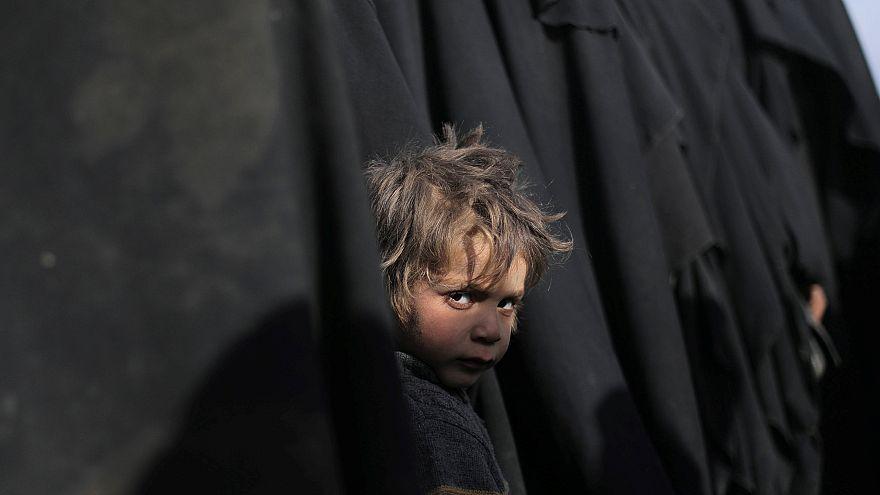 Siria: in migliaia abbandonano l'ultima città sotto il controllo dell'Isis