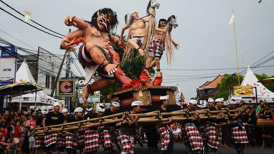 Des Balinais lors d'un défilé à Denpasar, BALI