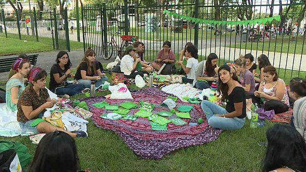 """شاهد: أرجنتينيات يستخدمن """"الحياكة"""" للتعبير عن رفضهن للعنف"""