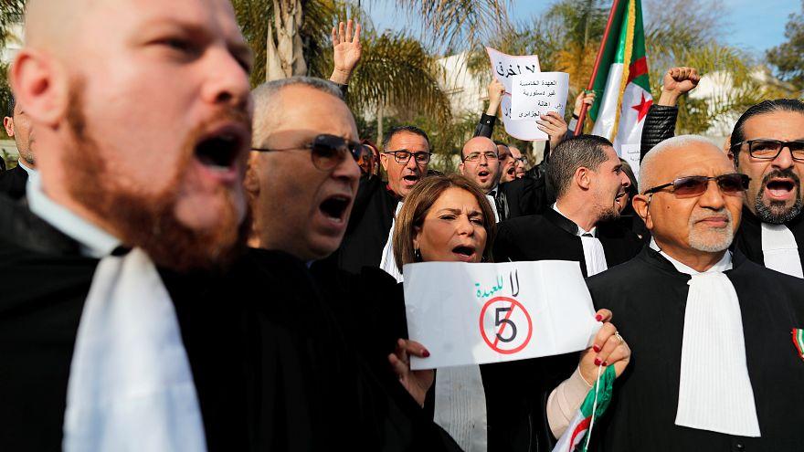 مئات المحامين يطالبون بتنحية بوتفليقة ودعوات لتظاهرات مليونية في الجزائر
