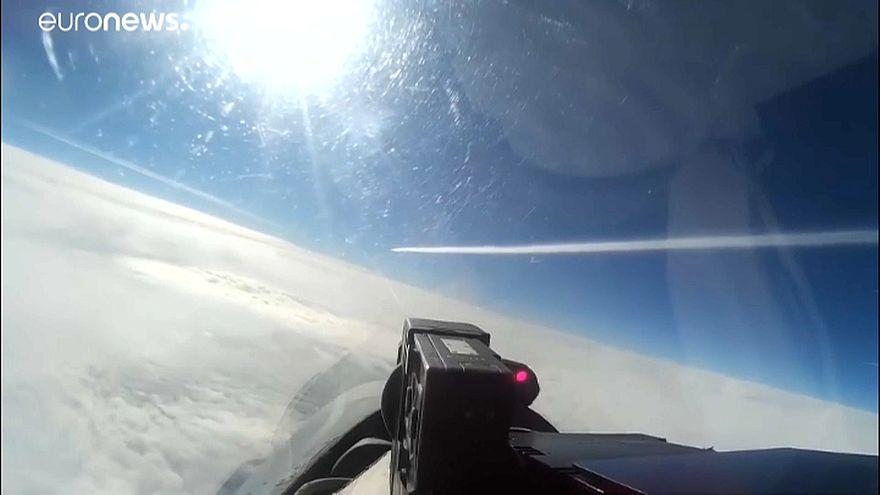 Video: Rus askeri savaş uçağı, ABD'ye ait bir keşif uçağını engelledi