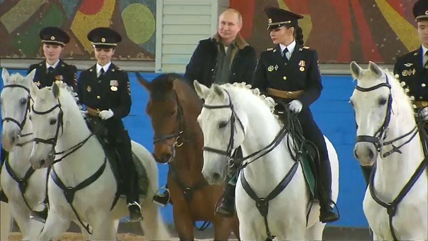 شاهد: بوتين يحتفل بيوم المرأة بركوب الخيل وسط شرطيات روسيات