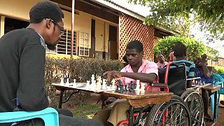 فيديو: ذوو الاحتياجات الخاصة في أوغندا يقبلون على تعلم لعبة الملوك
