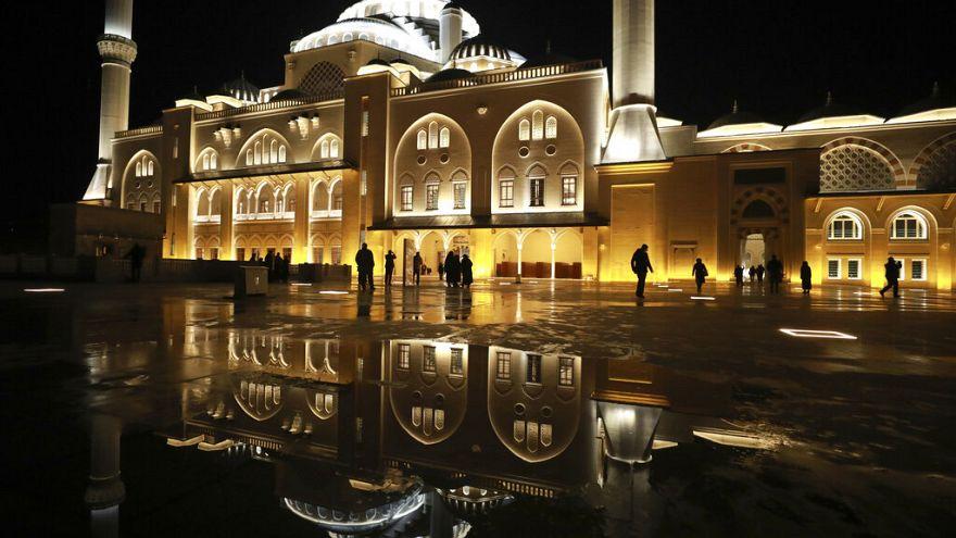 Türkiye'nin en büyük camisinde ilk ezan okundu