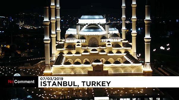 Első imádság a legnagyobbnak szánt mecsetben