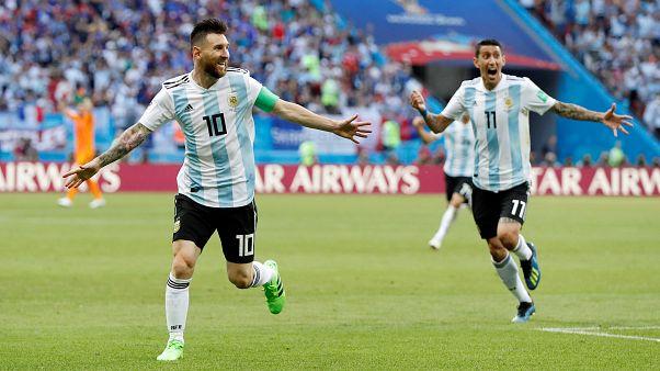 ميسي (يسار) بجاور أنخيل دي ماريا بقميص الأرجنتين خلال كأس العالم