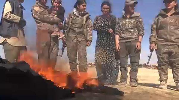Elégették fátylaikat a dzsihadisták fogságából kiszabadult nők