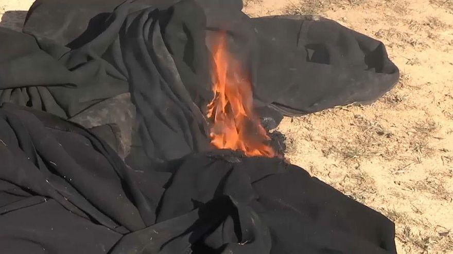 In Syrien kommen jesidische Frauen frei und verbrennen ihre Schleier