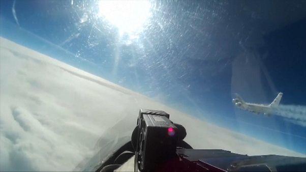شاهد: مقاتلة روسية تعترض طائرة تجسس أمريكية