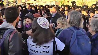 Jeruzsálem: nőnapi tüntetés és dulakodás a Siratófalnál
