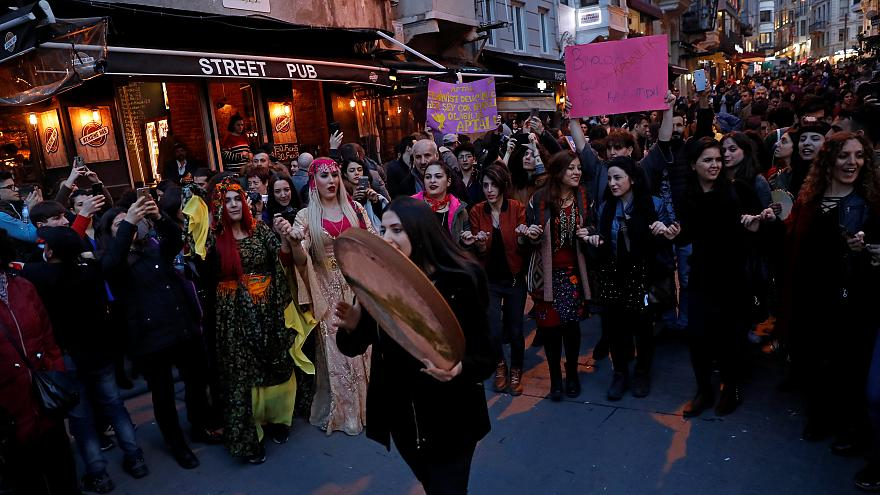 Kadınlar Günü yürüyüşüne polis biber gazı ve plastik mermiyle müdahale etti