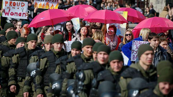 Fiori in Crimea e carri di carnevale: il no comment della settimana