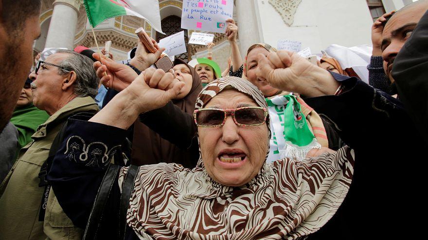 """وكالة الأنباء الجزائرية تقول المحتجون يطالبون """"بتغيير النظام"""""""