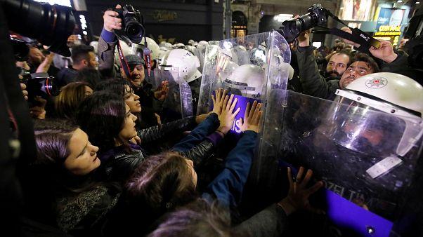 İstanbul'da kadınlar günü..ezan tartışması