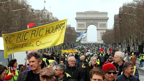 عمدة فرنسي يمنع استعمال مسدسات الكرات الوامضة في احتجاجات السترات الصفراء