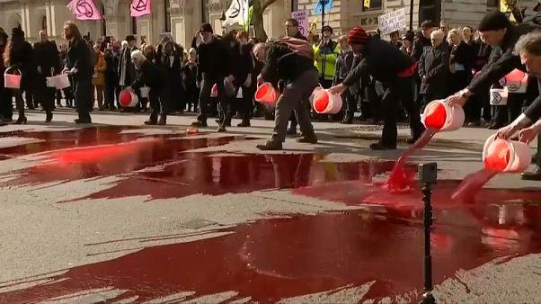 شاهد: محتجون ضد تغير المناخ يسكبون دما مصطنعا وسط لندن